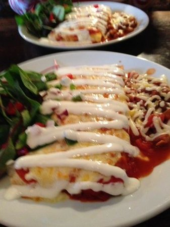 Que Pasa Cantina: beef and chicken burritos