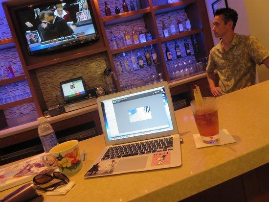 Hyatt Place Waikiki Beach: bar always with Nick or Tiffany