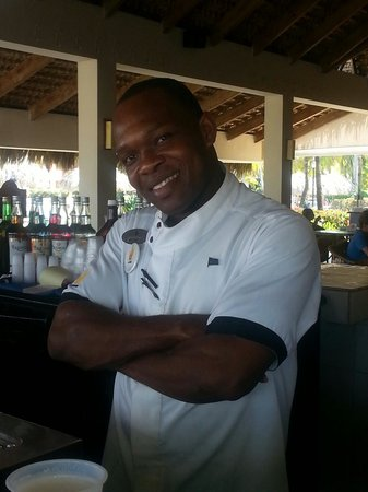 Caribe Club Princess Beach Resort & Spa: Very nice bartender ... Beach bar !!