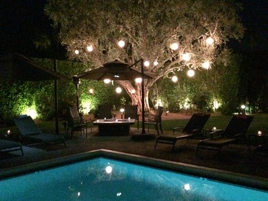 Desert Riviera Hotel: The pool area at night