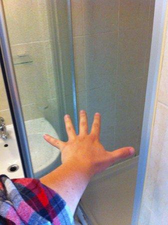 King Solomon Hotel: Espaciosa ducha.