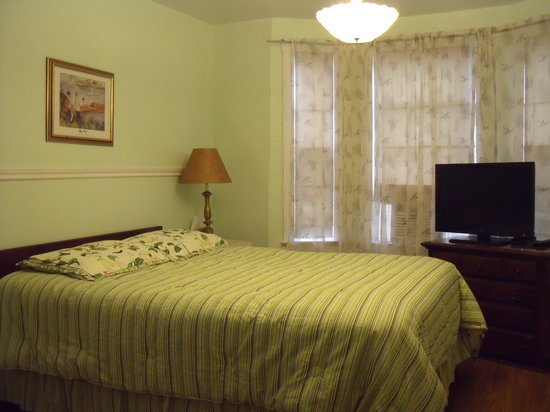 At The Harbourfront Bed & Breakfast Inn: Another queen bed option