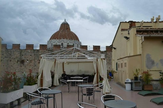 Hotel Il Giardino: Terrace with view to the Baptistry @ Piazza dei Miracoli.