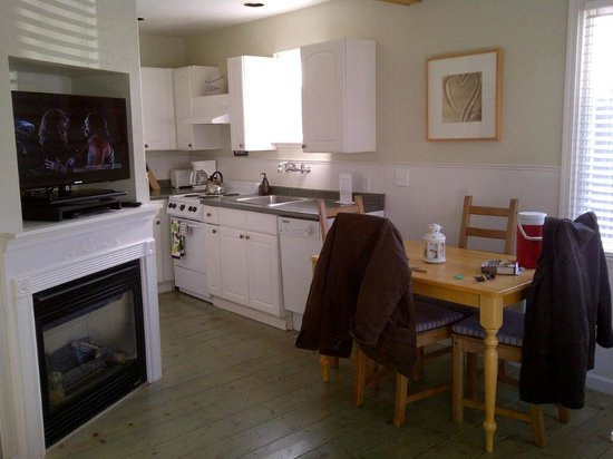 Boardwalk Cottages: kitchen next to dining area and living room