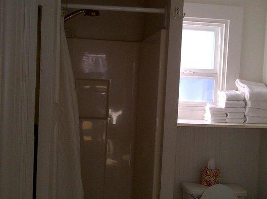 Boardwalk Cottages: shower