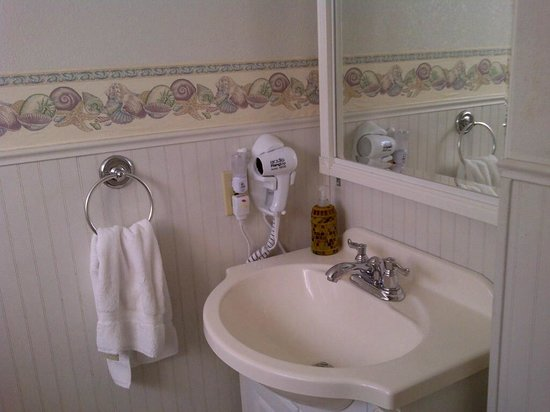 Boardwalk Cottages: sink