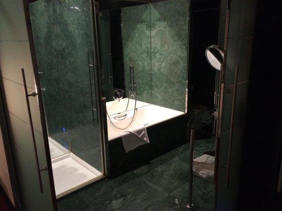 Hilton Madrid Airport: Bathroom with sliding doors