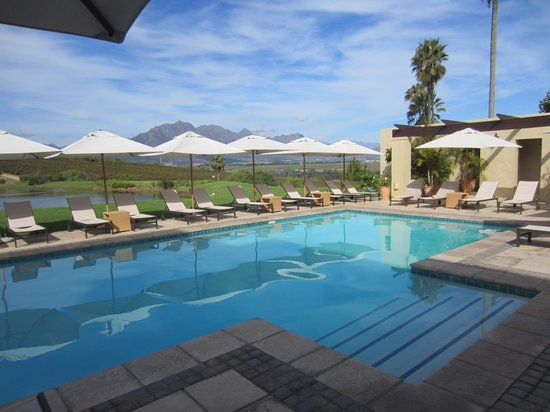 Asara Wine Estate & Hotel: Pool and view