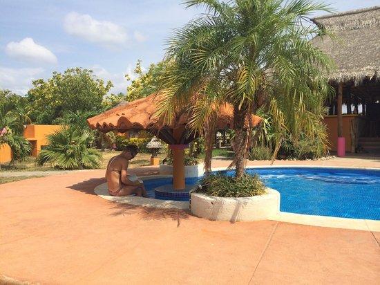 Buena Onda Beach Resort : beautiful pool with seating in the pool!