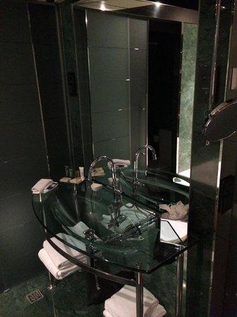 Hilton Madrid Airport: Sink in bathroom