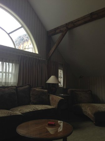 Bedford Village Inn: Wood-beamed ceiling in parlor