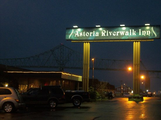 Astoria Riverwalk Inn : from the parking lot at night.