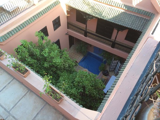 Riad Ajmal: Blick von der Terrasse in den Hof