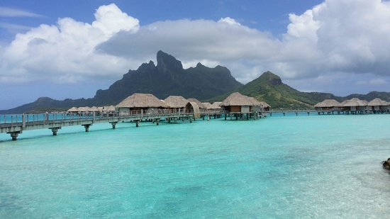 Four Seasons Resort Bora Bora: Our walk to our Over Water Bungalow
