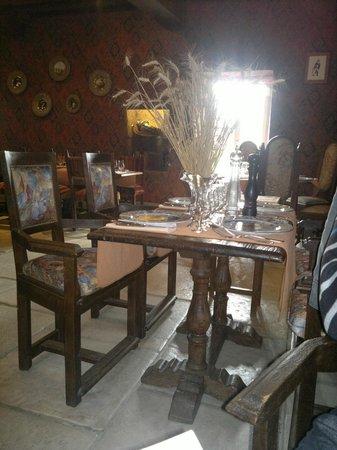 Restaurant Auberge de l'Abbatiale : Une des table à l'étage