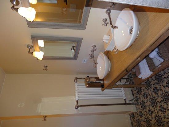 B Guest Bed & Breakfast : Luxurious bathroom