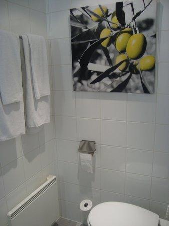 Velotel Brugge: Banheiro limpo e organizado