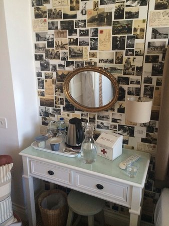 Highcliffe Contemporary Bed and Breakfast: Room 1 - great wallpaper and awesome little tea and coffee making facilities!