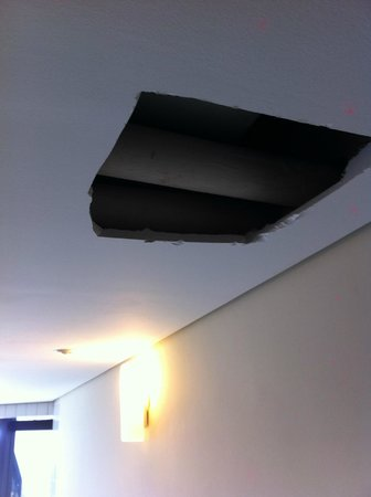 Mercure Santos : buraco no teto
