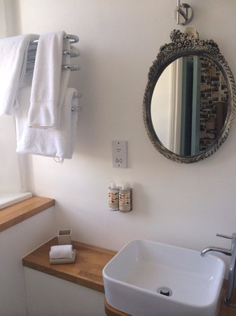 Highcliffe Contemporary Bed and Breakfast: Fab bathroom in Room 1