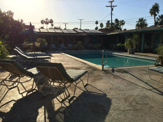 Little Paradise Hotel: Poolside in the morning