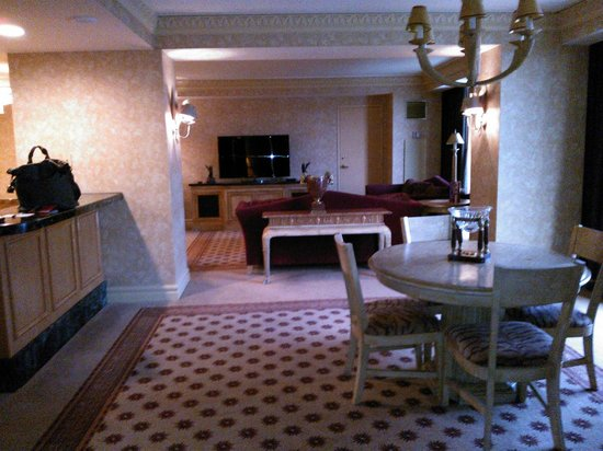 Luxor Las Vegas: dining room/livingroom