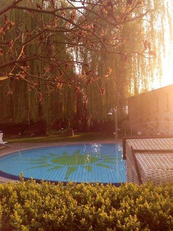 """Hotel Antoniushof: Blick vom Aussenbereich des Restaurants in den """"Feng Shui"""" Garten"""