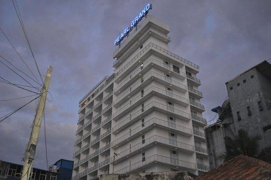 Pearl Grand Hotel: l'hôtel depuis la rue