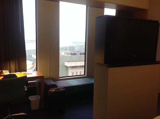 Aloft Tulsa Downtown: windows / desk for king suite