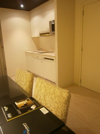 Sercotel Boulevard Vitoria Hotel : vista de la cocina de la suite