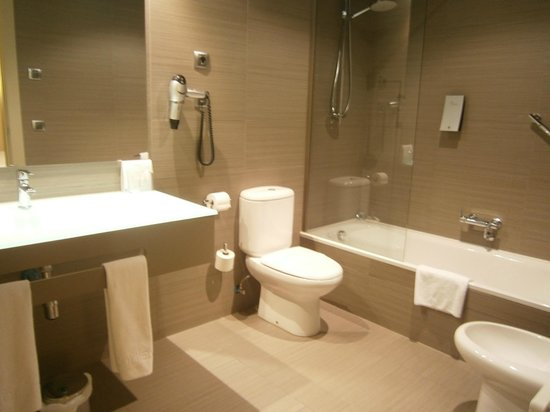 Sercotel Boulevard Vitoria Hotel : el espacioso baño con bidé