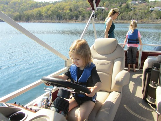 Big Cedar Lodge: Rented a pontoon boat - so much fun!