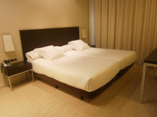 Sercotel Boulevard Vitoria Hotel : el dormitorio de la suite con 2 enormes camas