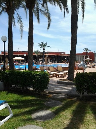 HD Parque Cristobal Gran Canaria : View from bungalow across the pool to the bar/restaurant
