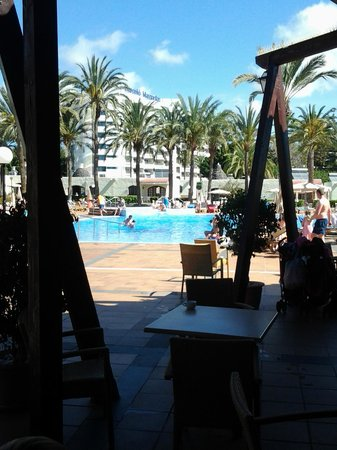 HD Parque Cristobal Gran Canaria : View from the bar/restaurant across the pool to the bungalow