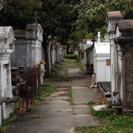 Lafayette Cemetery No.1: Paths through the tombs