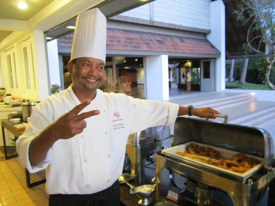 Palau Pacific Resort: Kocken var vänlig och glad. Presenterade som oftast vad han hade i grytorna.