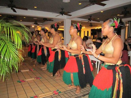Palau Pacific Resort: På kvällarna var det ofta lokala dansare som uppträde i samband med middagen.