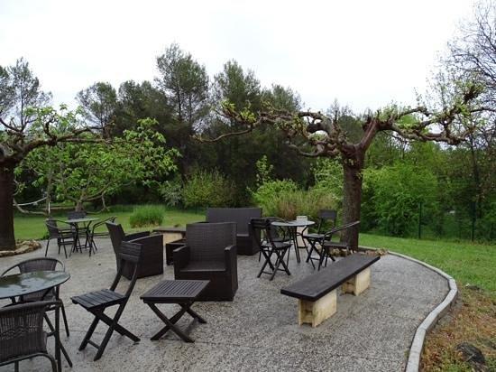 Ibis Antibes Sophia Antipolis : area relax in giardino