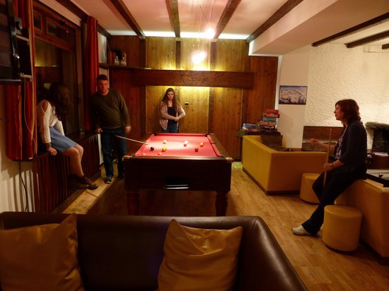Hotel Les Cimes : Pool table in bar