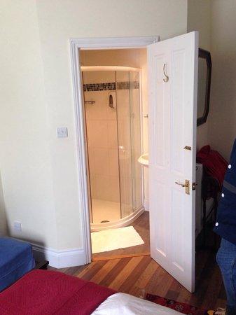 Ascot House Hotel: Bathroom
