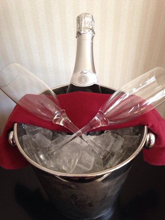 DoubleTree by Hilton Durango: Complimentary anniversary champagne