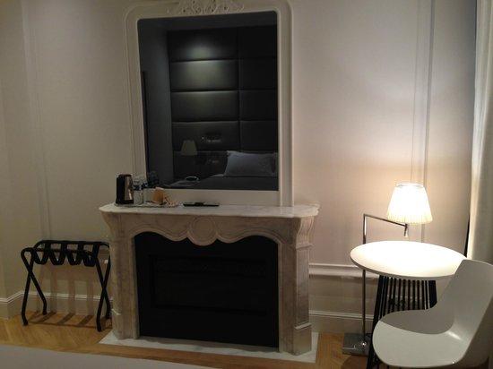 Hotel R de Paris : Detrás de ese espejo está la televisión