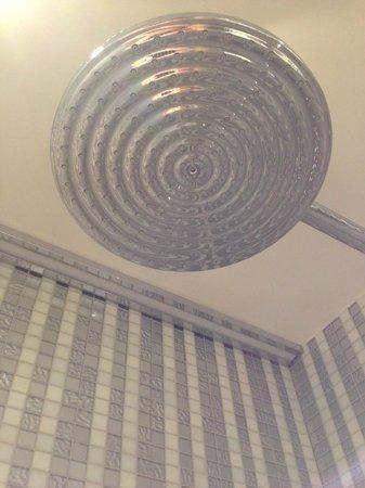Hotel R de Paris : ducha enorme y también de mano