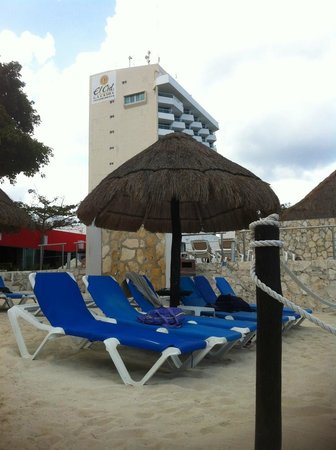 El Cid La Ceiba Beach Hotel: Looking at the hotel from the beach area