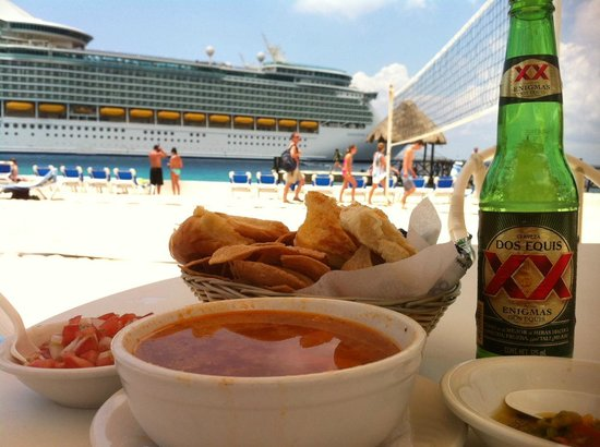 El Cid La Ceiba Beach Hotel: Seafood lunch by the sea, coolest view