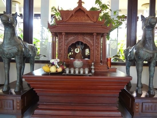 Saem Siemreap Hotel : Traditional Buddhist shrine in lobby
