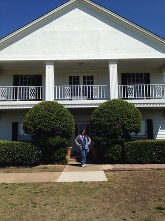 Southfork Ranch : In front of the great White House!!