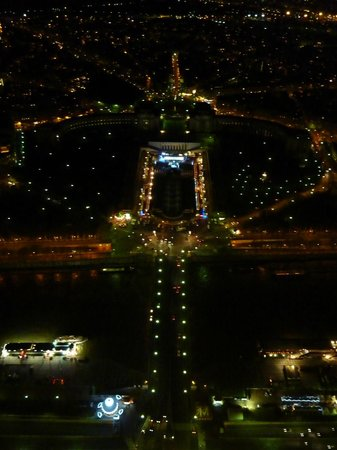 Tour Eiffel : Night view of Trocadero and Palais Chaillot