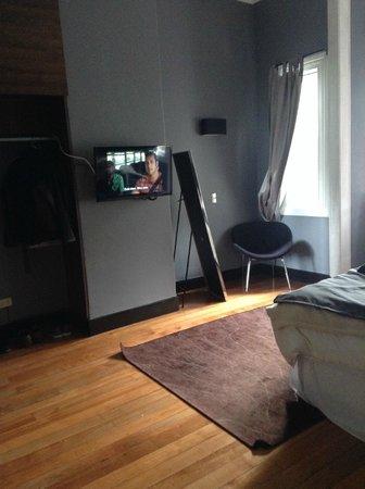 La Blanca Hotel: TV y hermoso Espejo